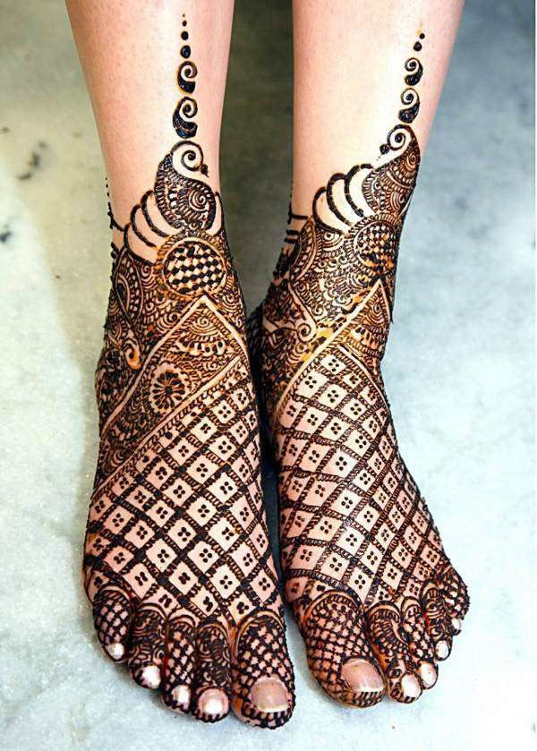 Jaali Mehndi Design trending for wedding season