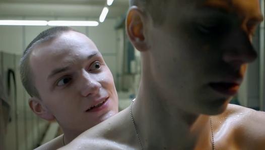 http://filmow.com/homophobia-t57987 Um adolescente que serve ao exército astríaco, experimenta sentimentos homossexuais por um de seus colegas em sua última noite, na fronteira austro-húngara, isolado e armado.  Homophobia é um curta metragem do cineasta autríaco Gregor Schmidinger, sobre o bullying gay e a auto-aceitação, explorando o medo dos próprios sentimentos e a incapacidade de lidar com eles. Homophobia Homophobia