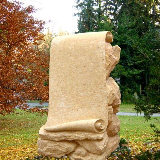Sandstein Grabmal mit Schriftenrolle - rustikal; Qualität & Service direkt vom Bildhauer; Jetzt Grabstein online kaufen bei Serafinum.de