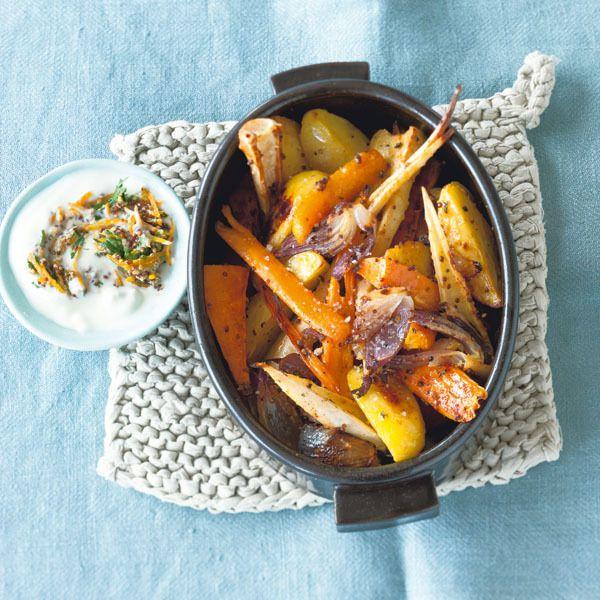 Das Ofengemüse ist ruckzuck fertig und die fruchtige Sauce aus Orangenschale, Senf und Joghurt passt einfach toll dazu.