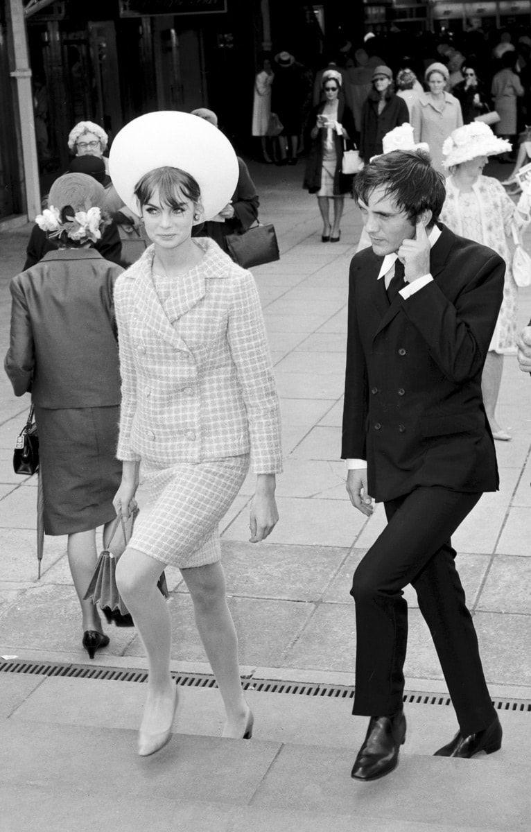 Jean Shrimpton Y Terence Stamp Decada De Los 60 La Modelo En Esta Foto Lleva Un Look Clasico Vestido Moderno Minidress Con Zapatos Clasicos