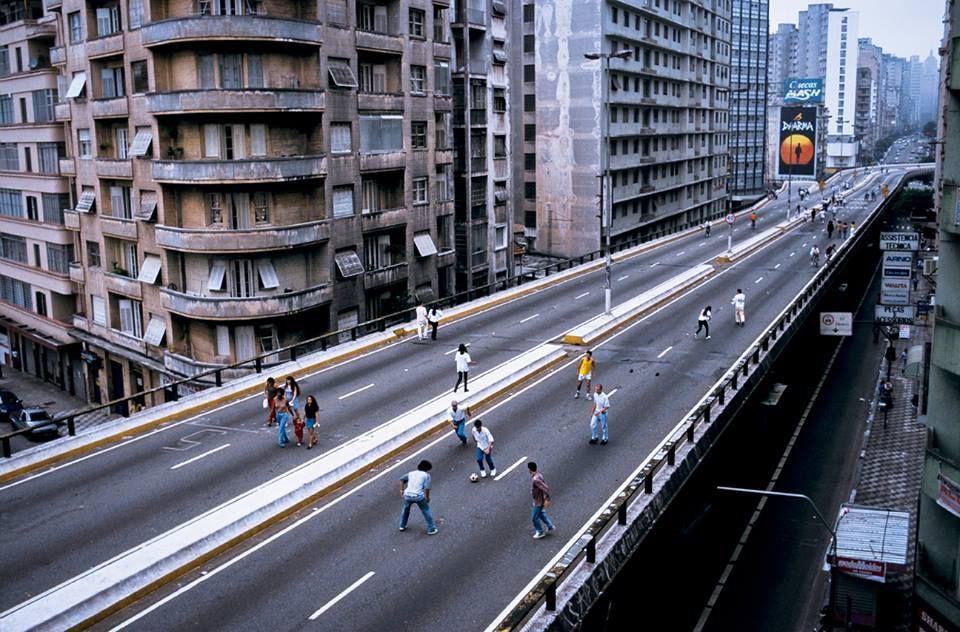 """AVENIDA SÃO JOÃO  DE EDIFÍCIOS HISTÓRICOS A """"ABERRAÇÕES"""" ARQUITETÔNICAS  Em 1971, um audacioso projeto de engenharia executado pelo prefeito Paulo Maluf dividiu opiniões e, mesmo depois de tanto tempo, ainda gera polêmica. O Elevado Costa e Silva - popular Minhocão - modificou a estrutura urbanística da região, causando o descontentamento de grande parte da população, principalmente dos proprietários de imóveis."""