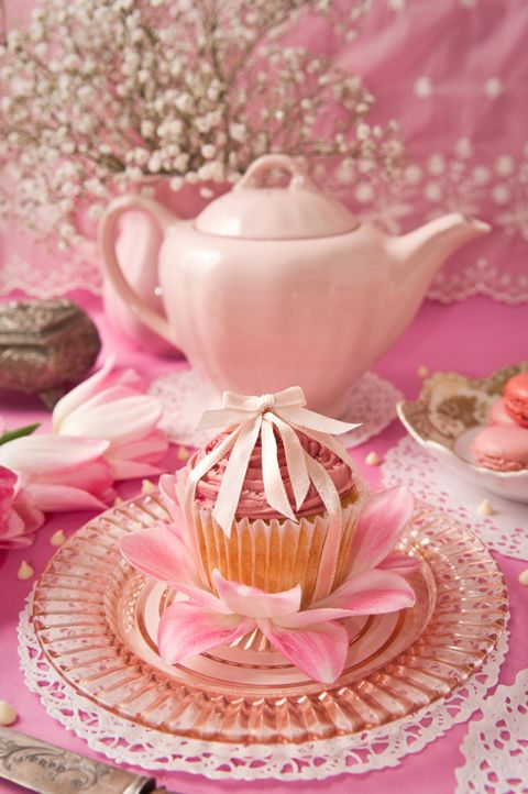 Pink! paper doily under plate with flower under cupcake as decoration for plate setting