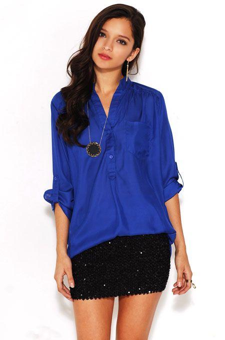 blusa azul con falda de lentejuelas