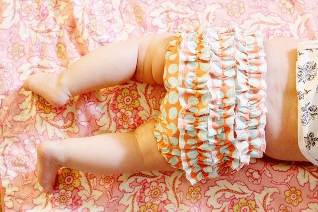 Hola a todos. Hoy compartimos con vosotros este post para aprender a hacer una braga de bebé. Recibimos un montón de mails donde nos soléis pedir tutoriales relacionados con el mundo de los bebés. Y por eso hoy hemos decidido centrarnos en este tema. Como vamos hacia el veranito, que por cierto, tengo unas ganasssss…,...