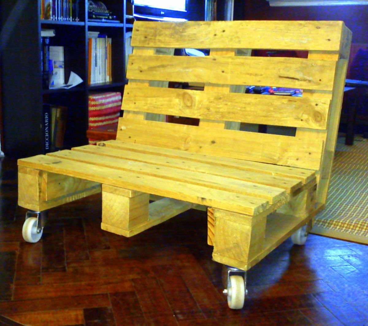Sillon en madera de palet con ruedas arquitectura y dise o pinterest madera muebles y - Reciclaje de pales ...