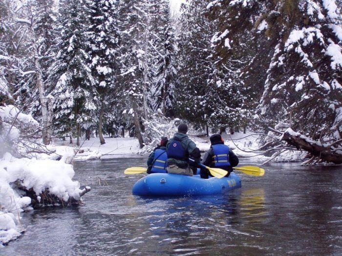 Photo of Haga un viaje mágico en balsa de invierno por el río Sturgeon con Big Bear Adventures en Michigan
