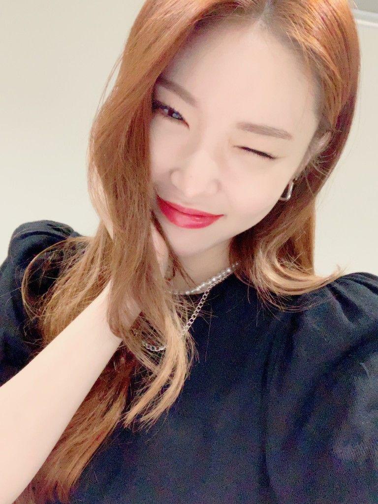 Pin By Bolaseug Mujigae On Kpop Idols In 2020 Beauty Singer Best Friend Day