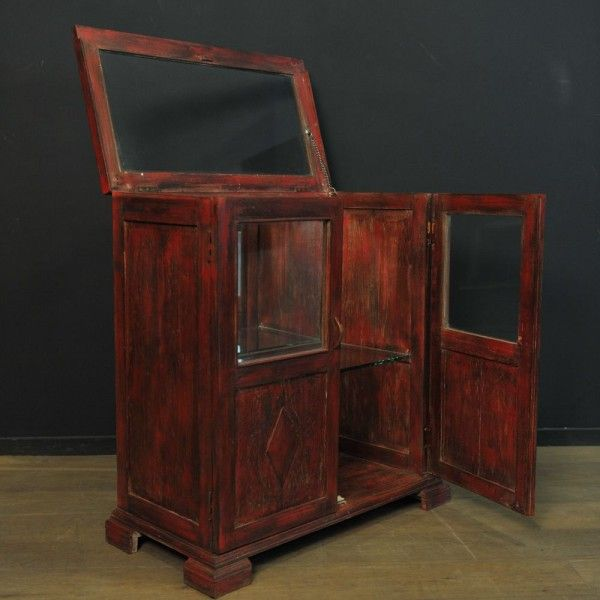 Meuble vitré à rabat en bois patiné rouge MEUBLES DE METIER