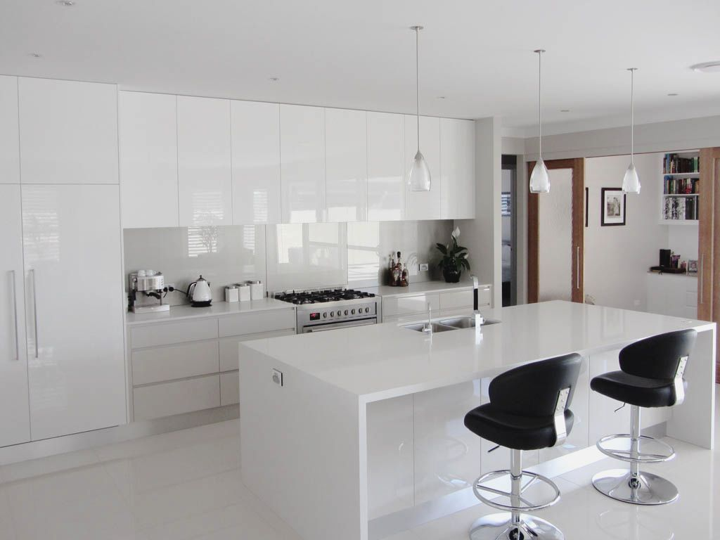 Small White Gloss Kitchen | White gloss kitchen, Home ...