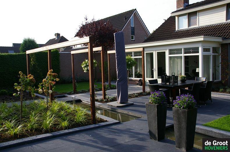 waterspiegel verbind 2 terrassen met elkaar moderne tuin. Black Bedroom Furniture Sets. Home Design Ideas
