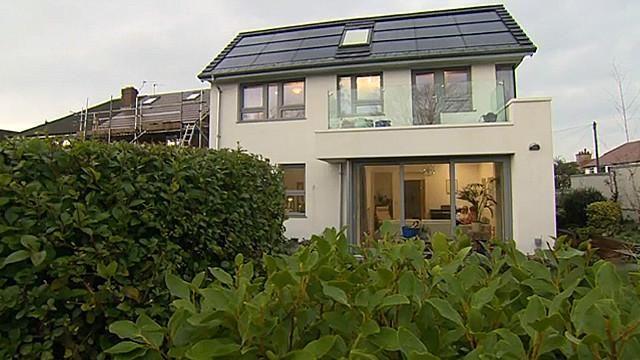 """En Inglaterra hay una vivienda que se mantiene energéticamente a un costo casi nulo. Sus dueños la diseñaron según el estándar alemán conocido como """"Passivhaus"""". Hay unas 30.000 casas similares en todo el mundo."""