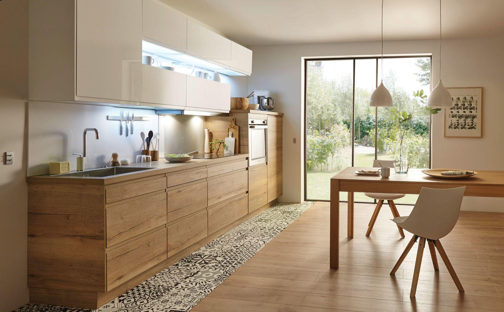 Mélange de bois et de blanc dans une cuisine contemporaine