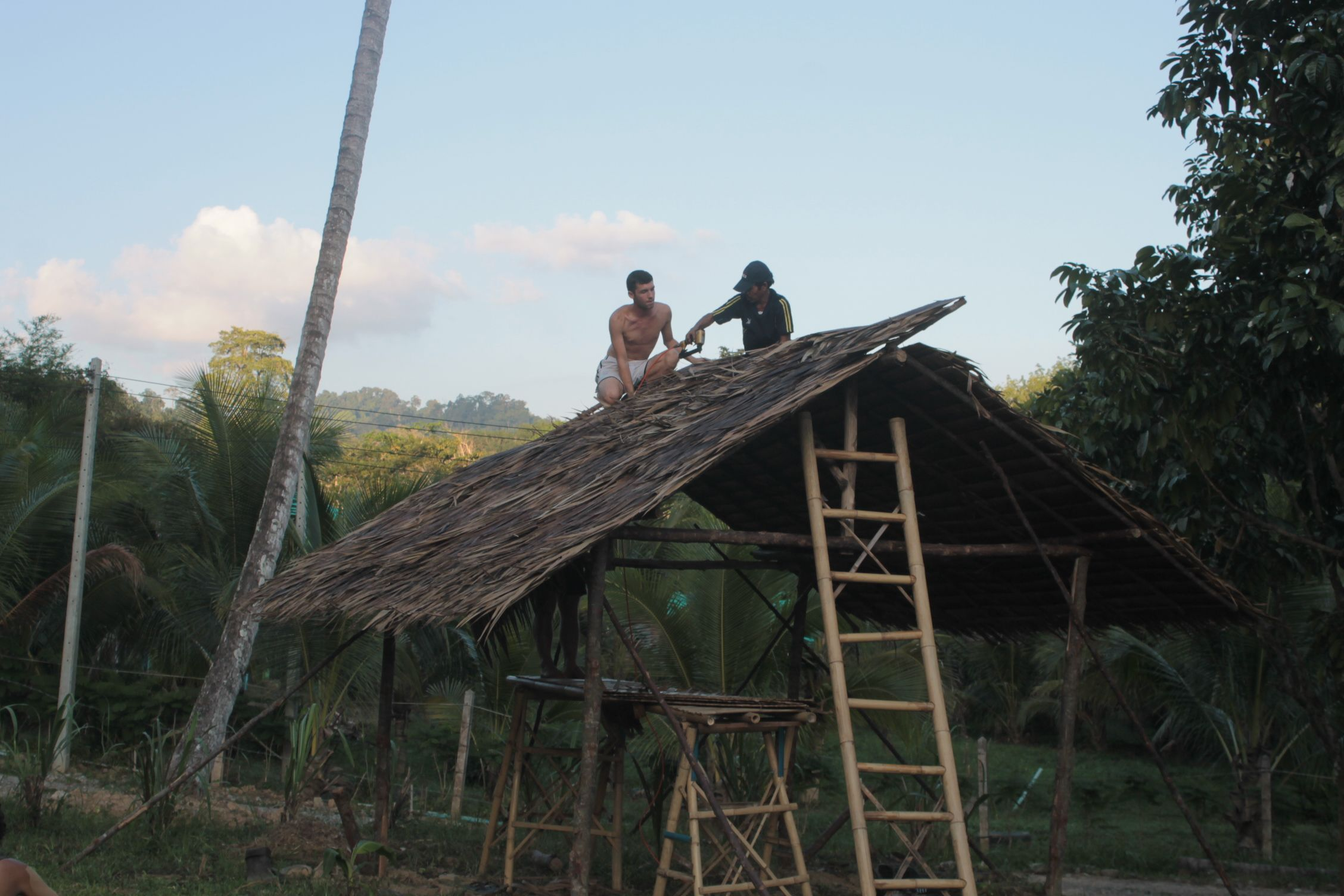 Terminando el techo del corral