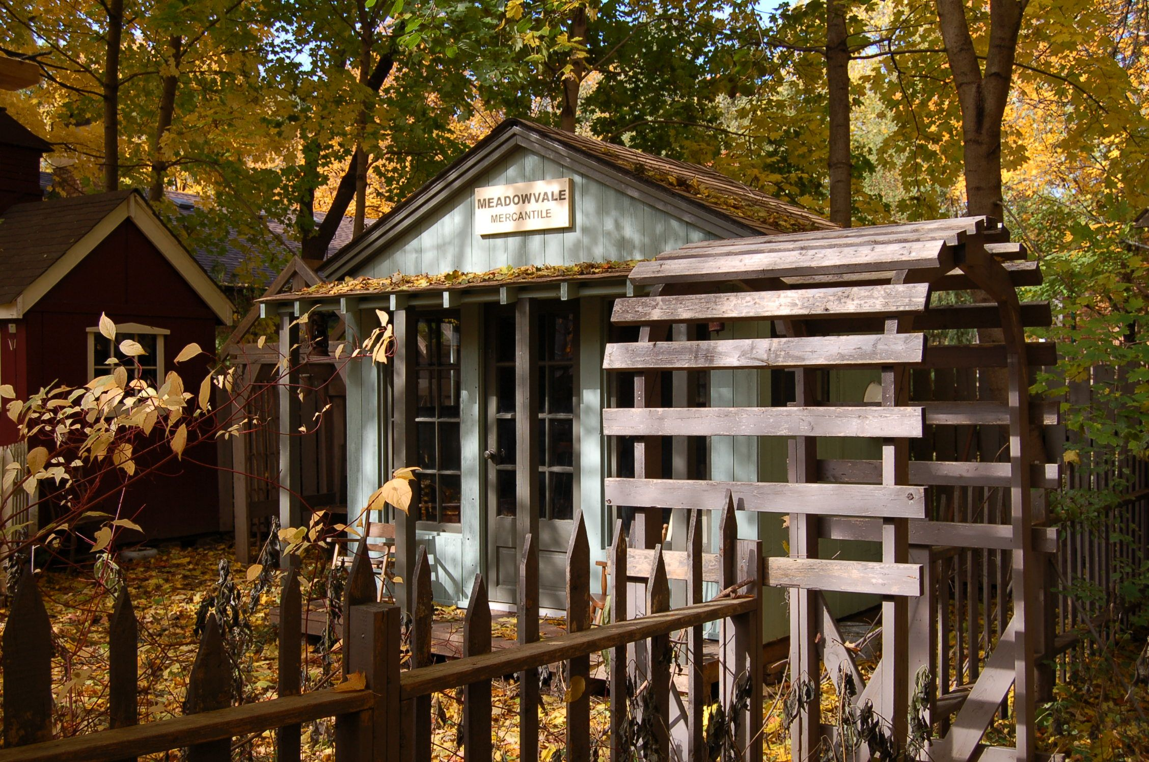 Pretty garden shed outdoor sheds pinterest for Pretty garden sheds