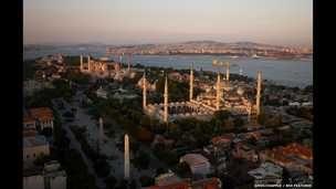 El horizonte de Estambul y un carguero que zarpa hacia el Mar Mármara.