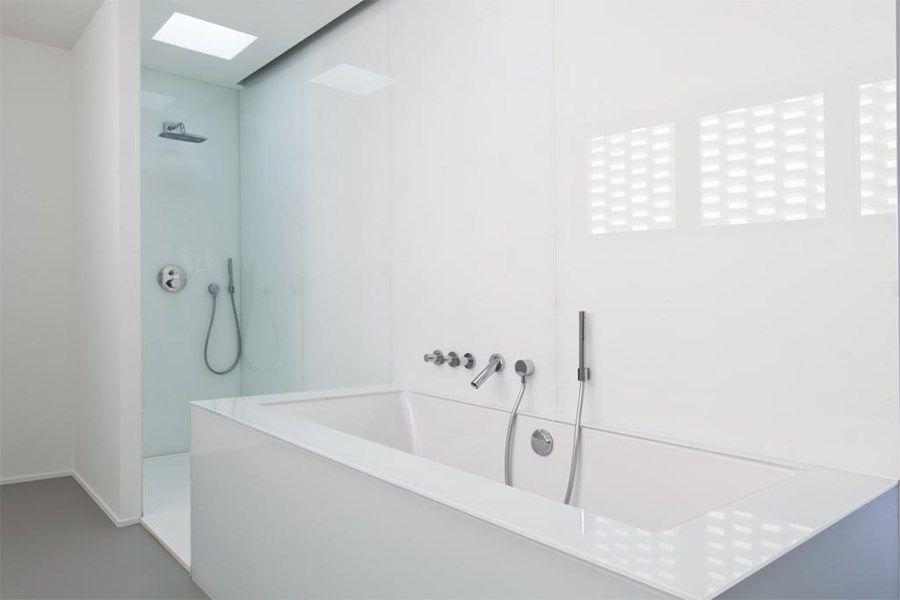 Het bad en de inloopdouche werden uitgevoerd in mdf en dan bekleed ...