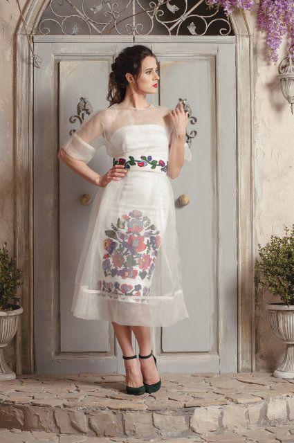 3c95986be4fad0 Сукня-футляр з вишивкою, прозора накидка оздоблена мереживом, вишитий пояс