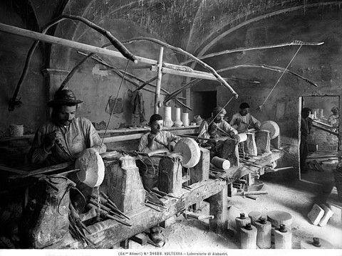 Stabilimento Fotografico Fratelli Alinari,  Volterra, Artigiani al lavoro in un laboratorio di alabastro, 1920 ca.  Archivi Alinari – Archivio Alinari Firenze
