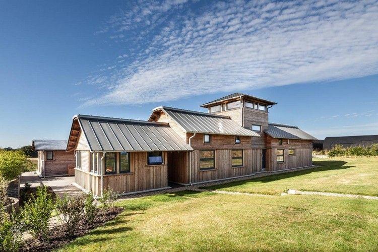 Modernes Bauernhaus modernes bauernhaus mit holzfassade und metalldach architektur