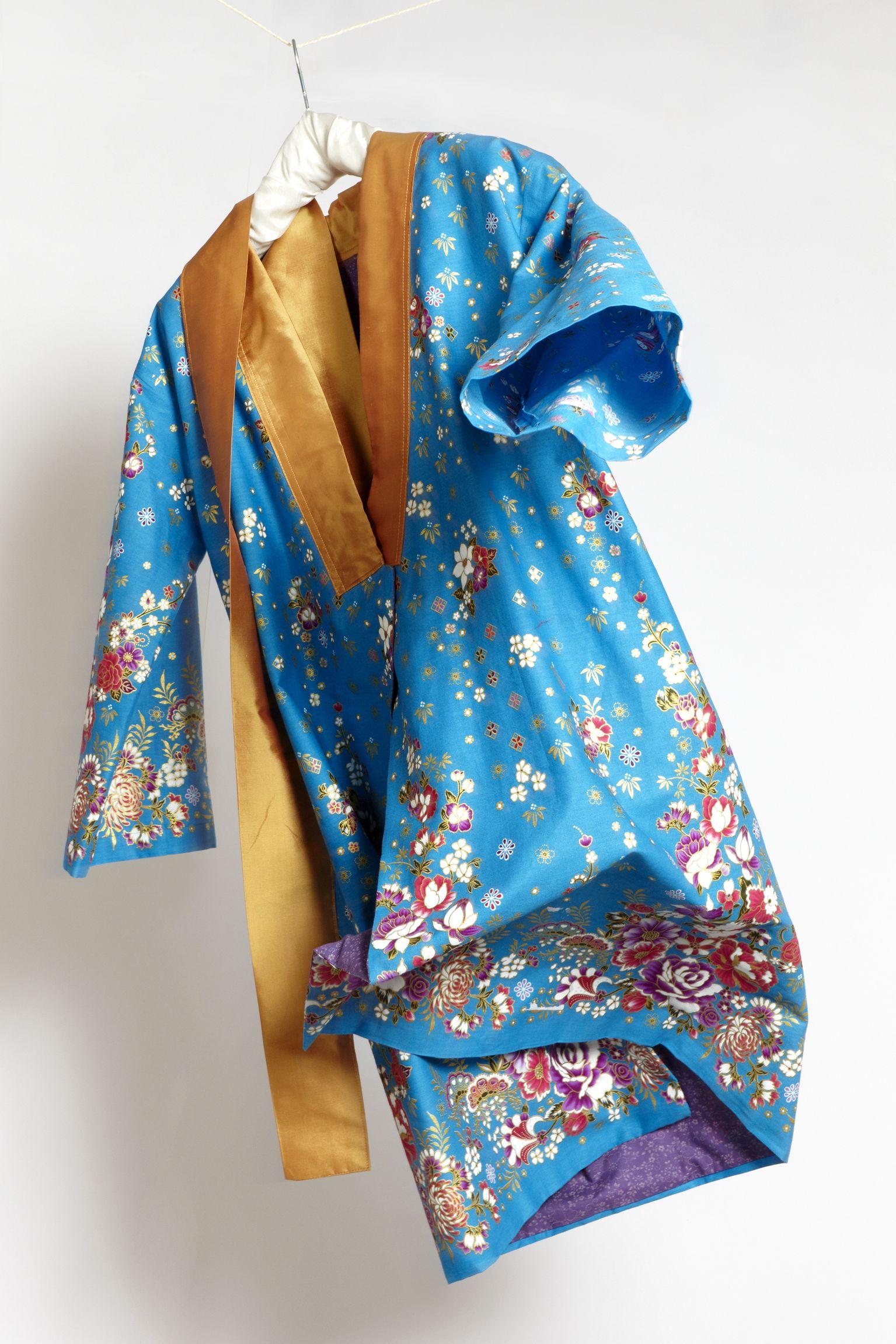 Yukata - Tageskimono - Hellblau Light blue and gold Gefüttert mit Österreichischem Dirndlstoff. Gürtel. Innentaschen