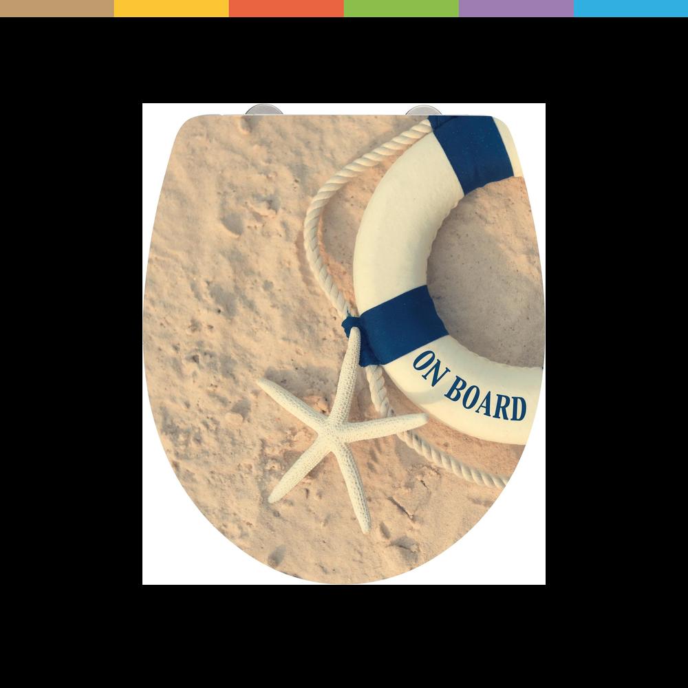 Der aufwendig verarbeitete Premium WC-Sitz On Board von Wenko bringt entspanntes Urlaubsfeeling in jedes Badezimmer und Gäste-WC. Holen Sie sich maritimes Flair ins heimische Bad. Die hochglänzende Deckeloberfläche bedruckt mit einem tollen Motiv - bestehend aus Sand, Seestern und dem Deko-Klassiker Rettungsring - verfügt nicht nur über einen angenehmen Sitzkomfort sondern ist mit praktischen Zusatzfunktionen ausgestattet.So gehört lautes Deckelknallen mit der integrierten Easy-Close-Absenkautom