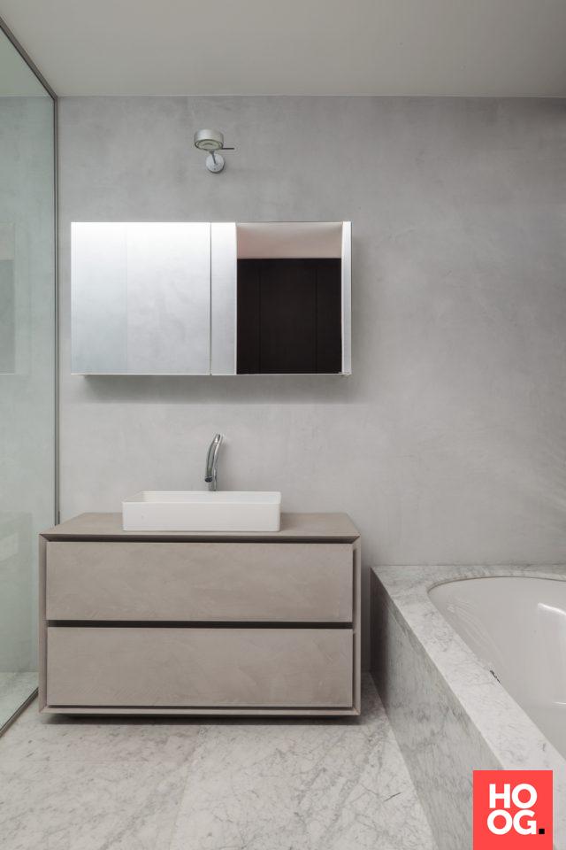 Luxe badkamer met design badkamermeubel en ligbad | badkamer ideeën ...