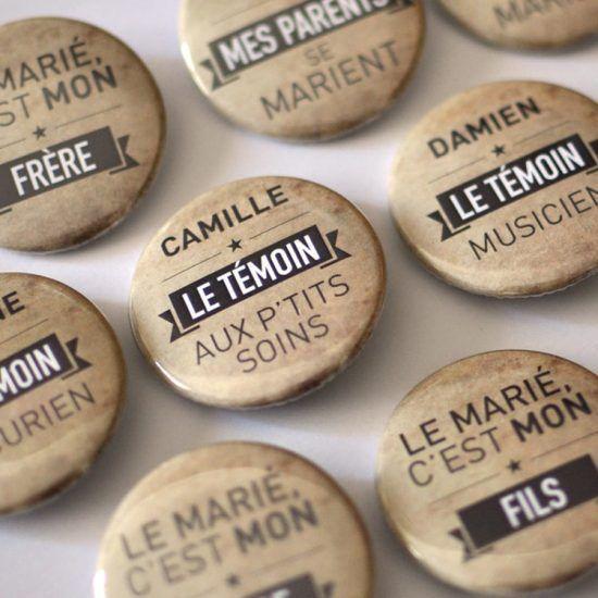 Badges et magnets personnalisés aux couleurs de votre mariage. Cadeaux souvenirs pour les invités, témoins, et plan de table original 100% sur mesure.