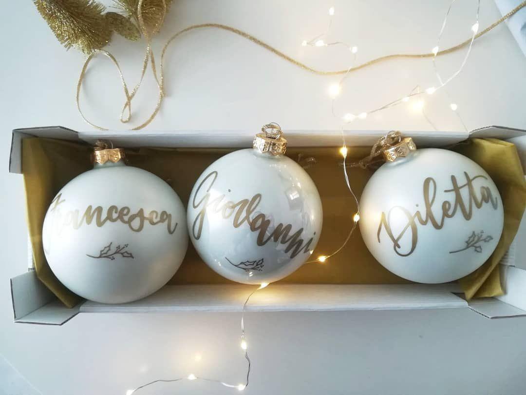 I simboli natalizi e laria di festa di solito si tingono sempre di per asso  | Christmas bulbs, Christmas ornaments, Noel