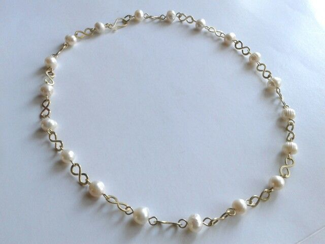Collar en bronce martillado y perlas de río