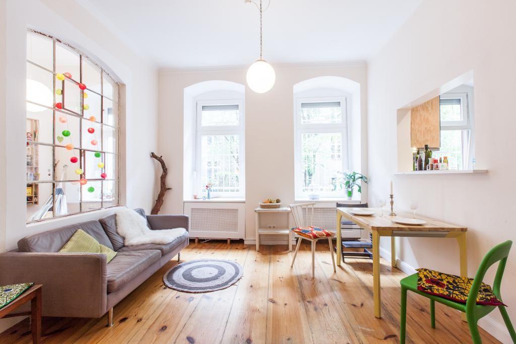 Offenes Wohnzimmer Mit Grossen Fenstern Couch Und Parkettboden