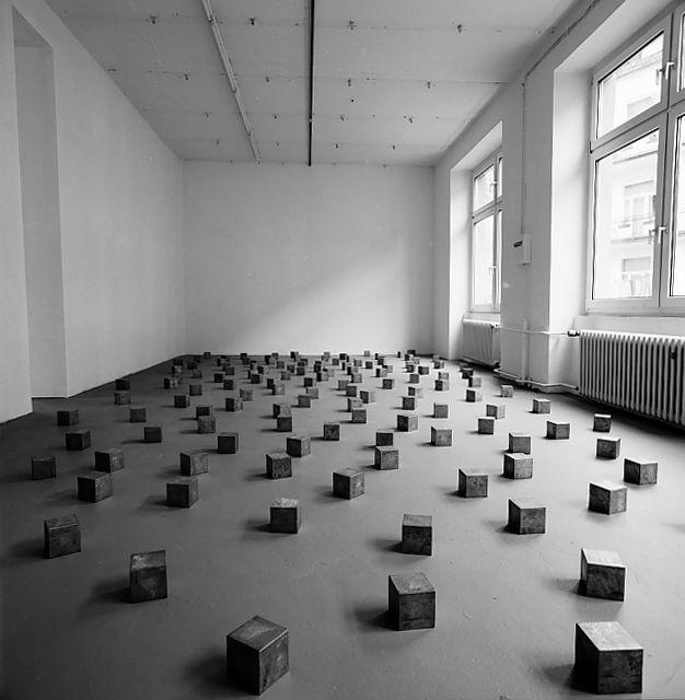Carl andre seriel minimal skulptur rummet en del af for Minimal art opere