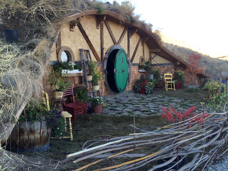 Hobbit Hole Tiny House Covered With Dirt And Living Roof Building A Treehouse Hobbit House Hobbit Hole