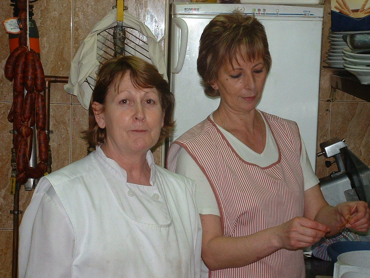 Rosa y Marisol, compañeras de cocina, en 2005