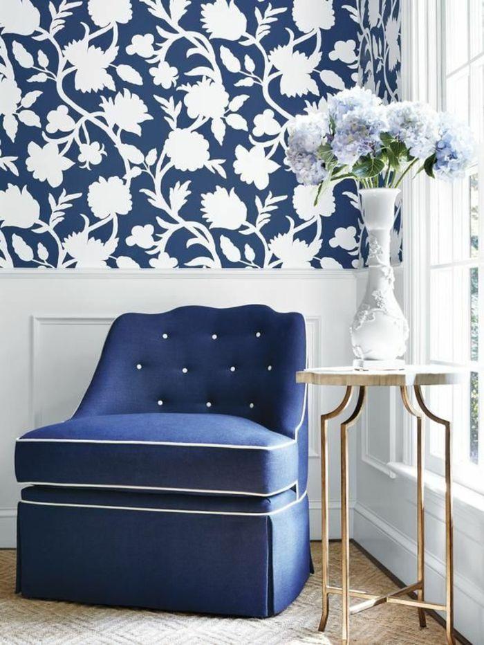 tapeten ideen wohnzimmer blauer sessel beistelltsich - tapeten idee wohnzimmer
