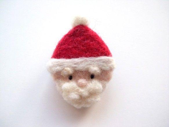 サンタクロースのブローチです。鞄や帽子、服などにつけるとかわいいです。サンタさんと一緒にお出かけしてください♪サイズ(約) たて4.5cm よこ3cm素材  ... ハンドメイド、手作り、手仕事品の通販・販売・購入ならCreema。
