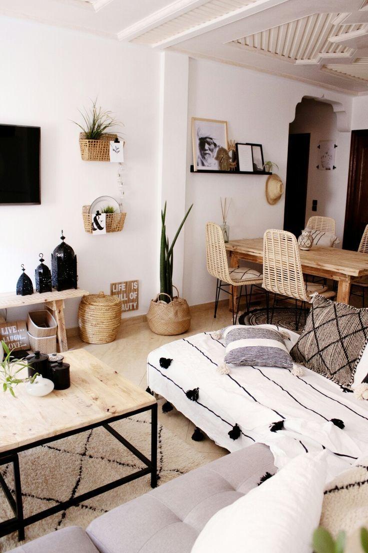 Marokkanisches Boho Wohnzimmer dekoriert mit Artikeln aus unserm Shop! Versand aus Deutschland! #boho #bohoinspo #moroccanstyle #bohemianhome #livingroom #simpleliving #modernboho #bohochic #hippiechic #beniourain #kissen #bohocushions #tasseln #pompomkissen #moroccanlanterns #smalllivingroomdecor