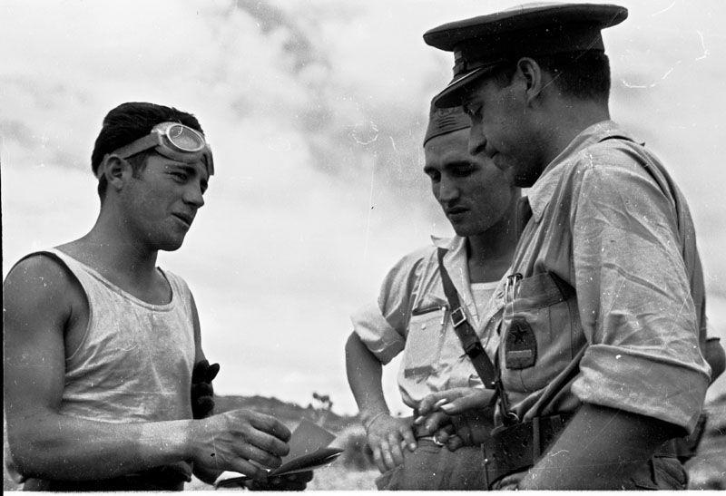 Spain - 1938. - GC - Aragon - Soldado con gafas de motorista entrega documentación a Gustavo Durán, jefe de división y a un comisario político.