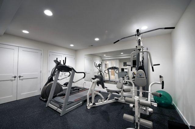 kleiner fitness raum haus einbauleuchten decke wandspiegel