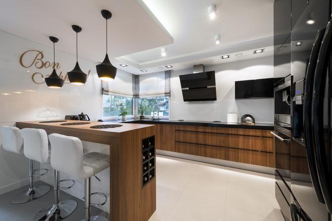 Bialo Czarna Kuchnia I Drewniane Meble Kuchenne Kitchen Kitchen
