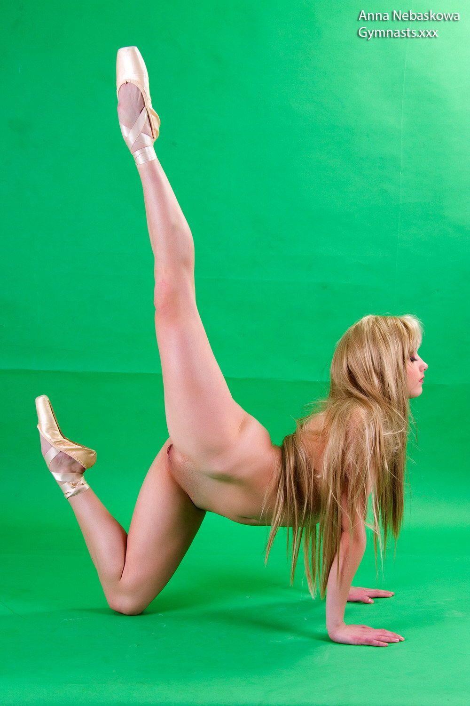 Anna Nebaskowa performing gymnastics nude and en pointe  | Nudes On