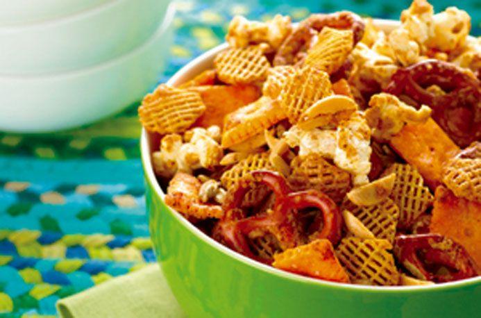 Cheesy Crispix Crunch Mix™ - El azúcar morena y la canela le dan un sabor dulce a este snack, mientras que el chile en polvo le brinda una esencia salada y picante.