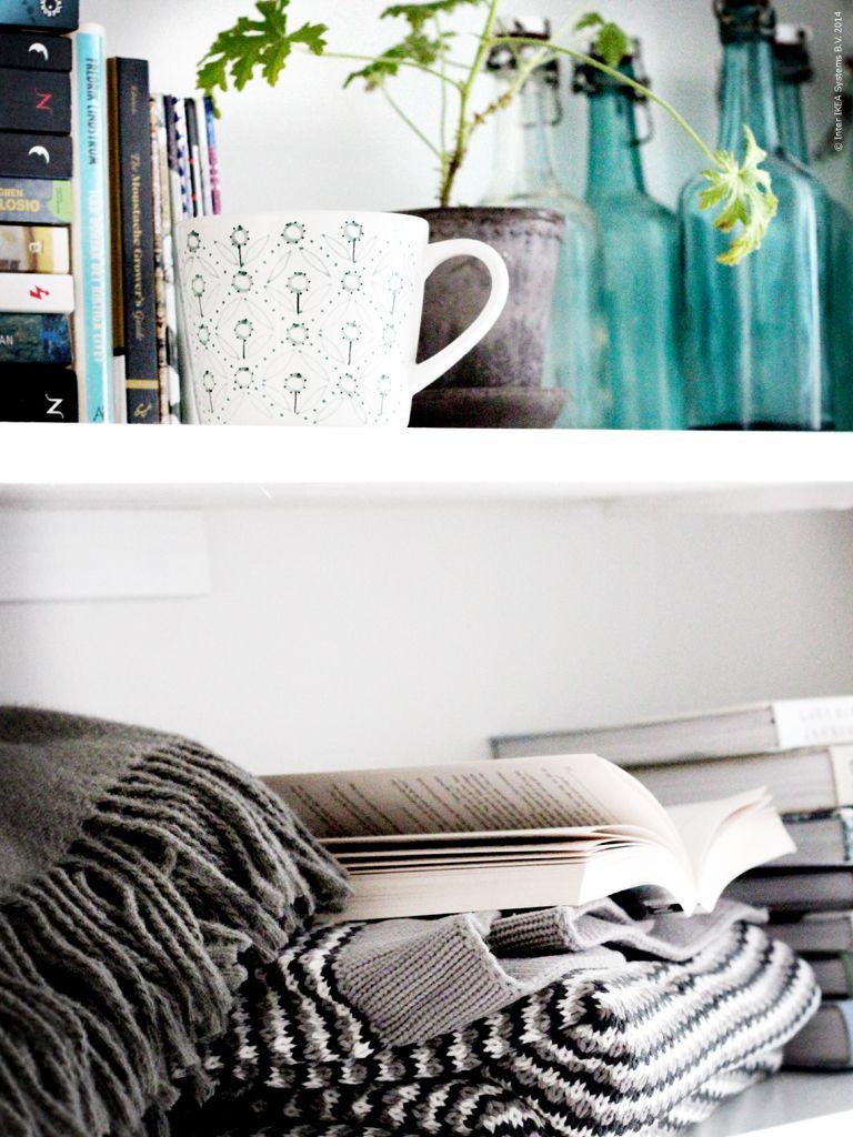 Välkomna hem till Johanna och ta en titt i hennes bokhylla. ORMHASSEL filt, ENIGT mugg.