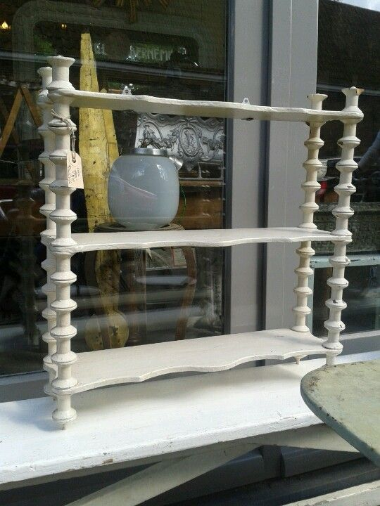 Rekje gemaakt van drie plankjes met houten klosjes