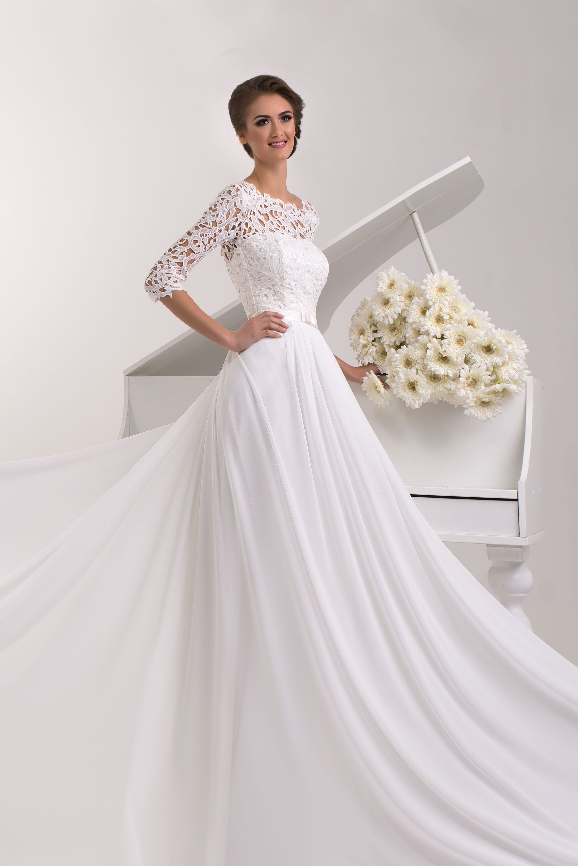 Nádherné svadobné šaty s jednoduchou padavou sukňou a čipkovanými rukávmi 5d23a11871e