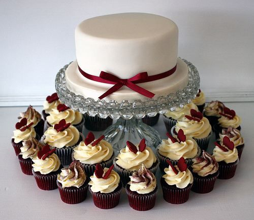 Red Velvet Cupcakes Surrounding A Wedding Cake Cupcake Party Desserts Treats Sweets