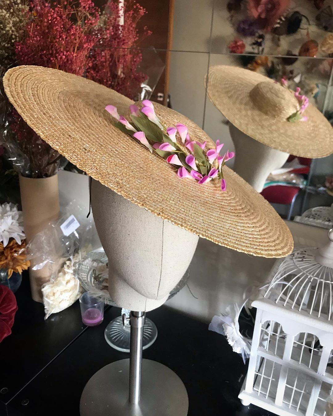Tenemos el taller lleno de preciosas #pamelas #tocados y #sombreros listos ✅ para llevar , boda en Septiembre?? Pásate a vernos