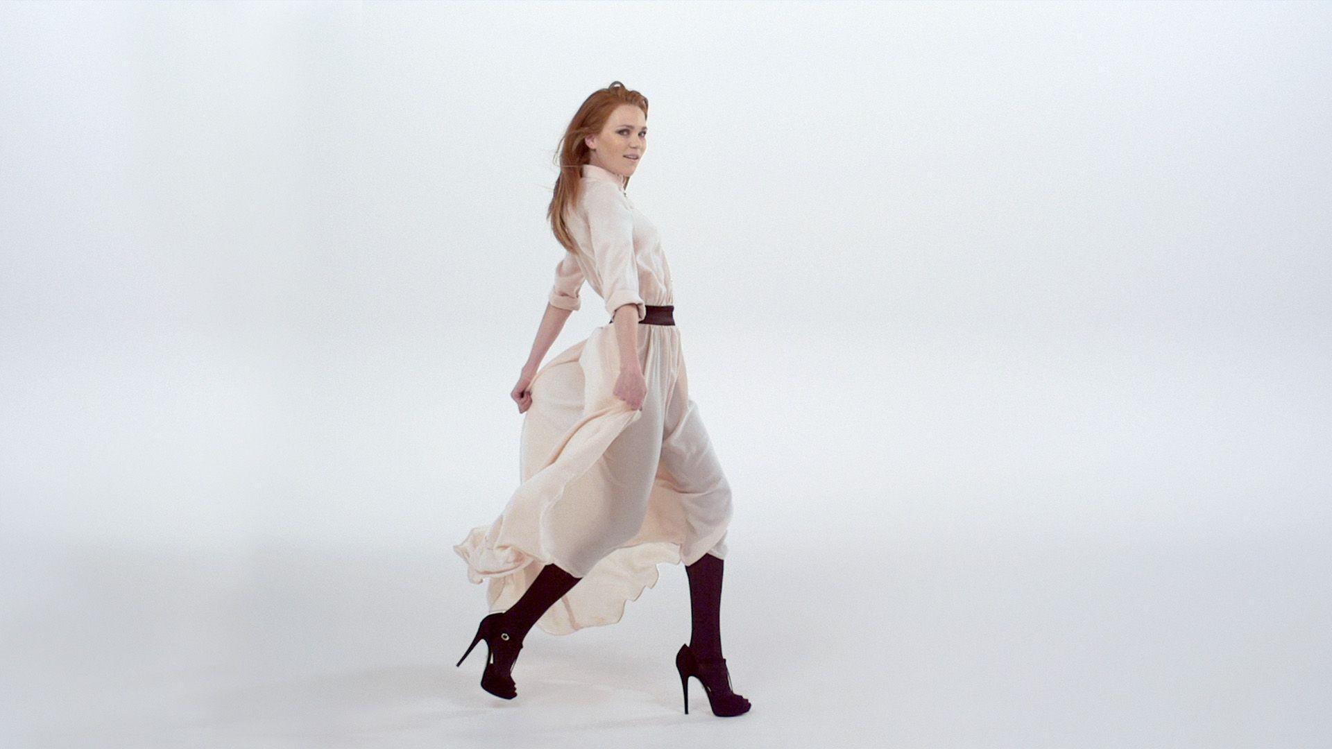 Sanftes Rosa und ein fließender Schnitt - Kleid von Marcel Ostertag, erhältlich bei KARSTADT