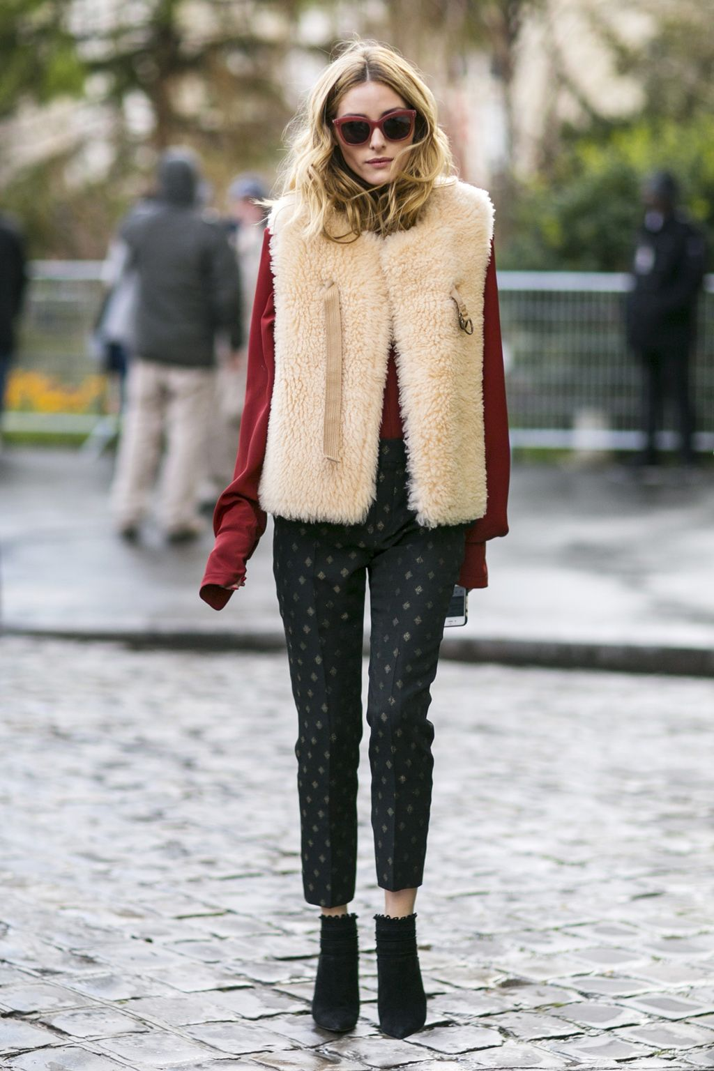 1 prenda, 9 looks: abrigo de pelo. Burgundy long sleeved tee+black printed pants+black ankle boots+ivory fur vest+burgundy sunglasses. Fall Outfit 2016