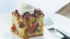 Du kan også bage den lækre rabarberkage med andre frugter. F.eks. er denne rabarberkage også rigtig god med æbler, ferskner eller hindbær. Servér den lun med en skefuld cremefraiche